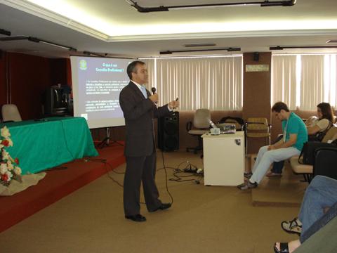 Conselheiro do CRBio - 5a Região, Biólogo José Roberto Feitosa Silva, proferindo a palestra Estrutura e Funcionamento do Conselho Regional de Biologia - 5a Região - e suas Ações no Nordeste.