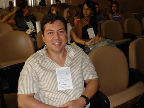 """Biólogo Arlindo Gomes Filho esperando para proferir sua palestra na Mesa Redonda """"O Biólogo na Conservação da Natureza""""."""