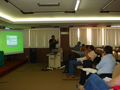 "Biólogo Fábio Pedro proferindo palestra na Mesa Redonda ""O Biólogo Empreendedor""."