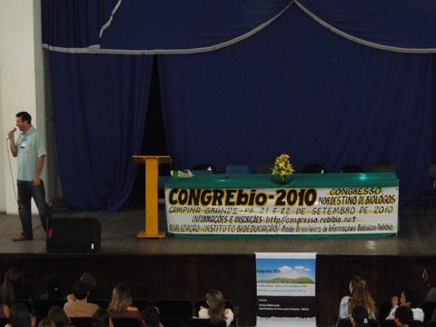 """Biólogo Rômulo Gil de Luna proferindo a palestra """"O Homem, a Biosfera e seus Impactos Ambientais""""."""