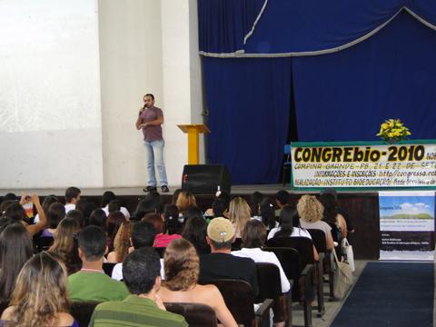 """Biólogo Francisco José Pegado Abílio proferindo a palestra """"Bioma Caatinga e Educação Ambiental no Semiárido""""."""