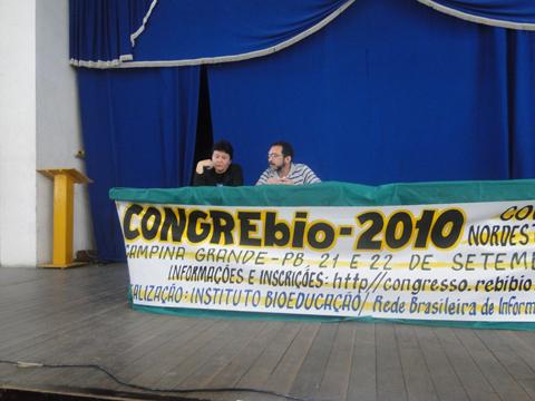 """Biólogos Marisa de Oliveira Apolinário e Luciano Gomes da Silva Júnior na Mesa Redonda """"A Formação Profissional do Biólogo""""."""
